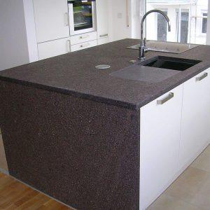 Kücheninsel_mit_Porphyr-Arbeitsplatte